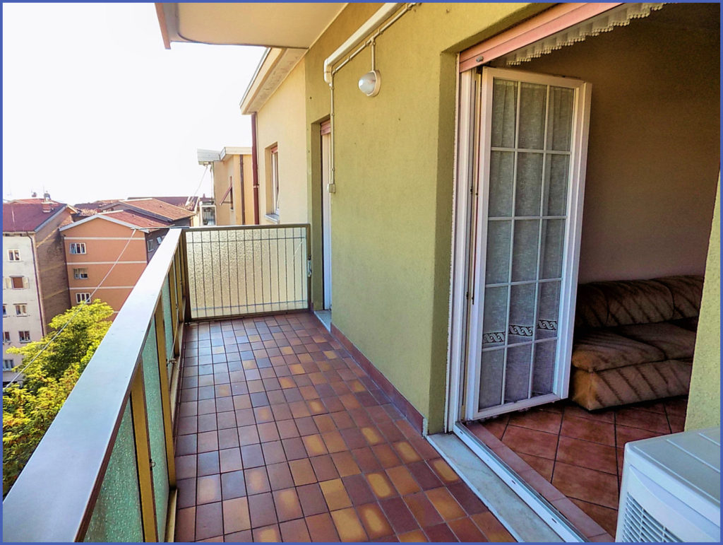 Adiacenze via Capodistria appartamento con terrazzino coperto